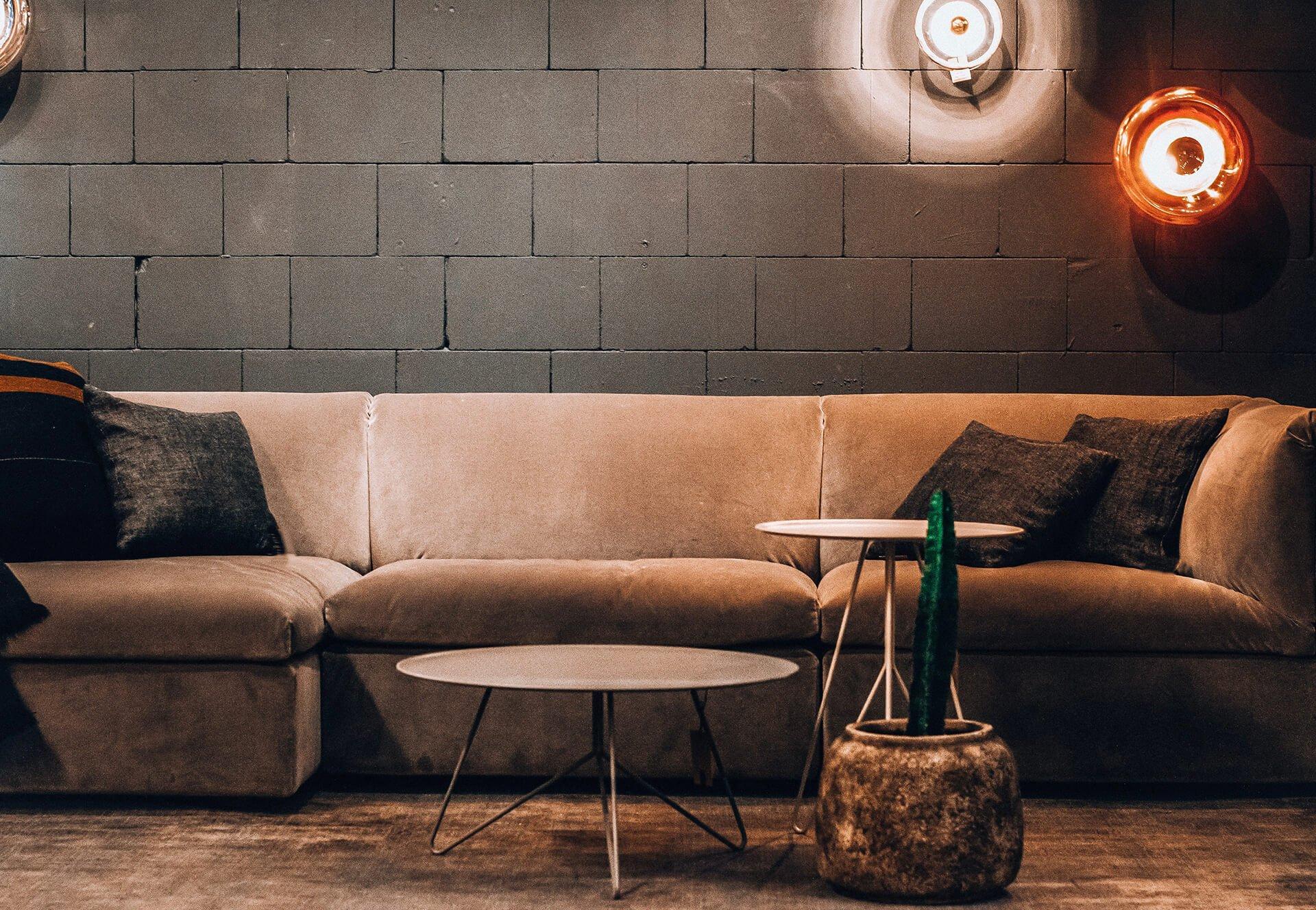 Bastida Desing | Sofá con mesas de hierro